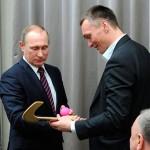 Путину вручили клюшку для бенди,  и он пообещал возродить национальный вид спорта