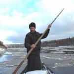 Спасая замерзающих инвалидов, священник срубил сухую лесину в государственном лесу