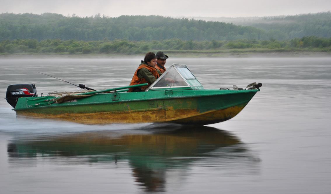 Лодка плавающая по реке с пресной водой