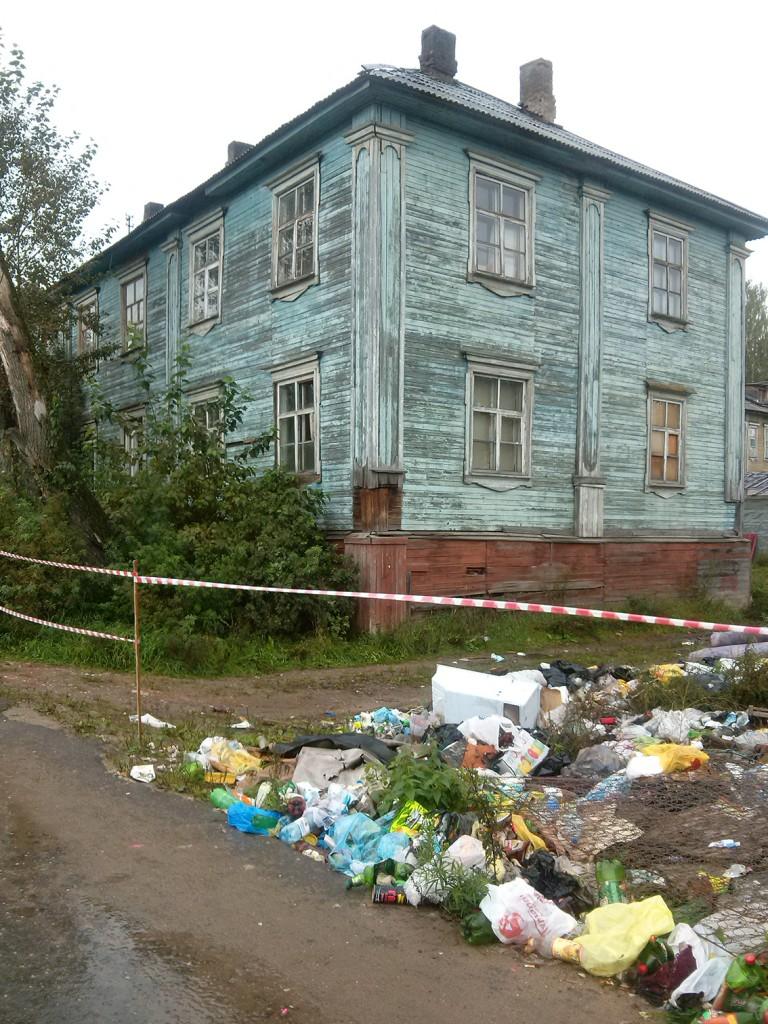 свалка посреди лесозаводских улиц - элемент пейзажа