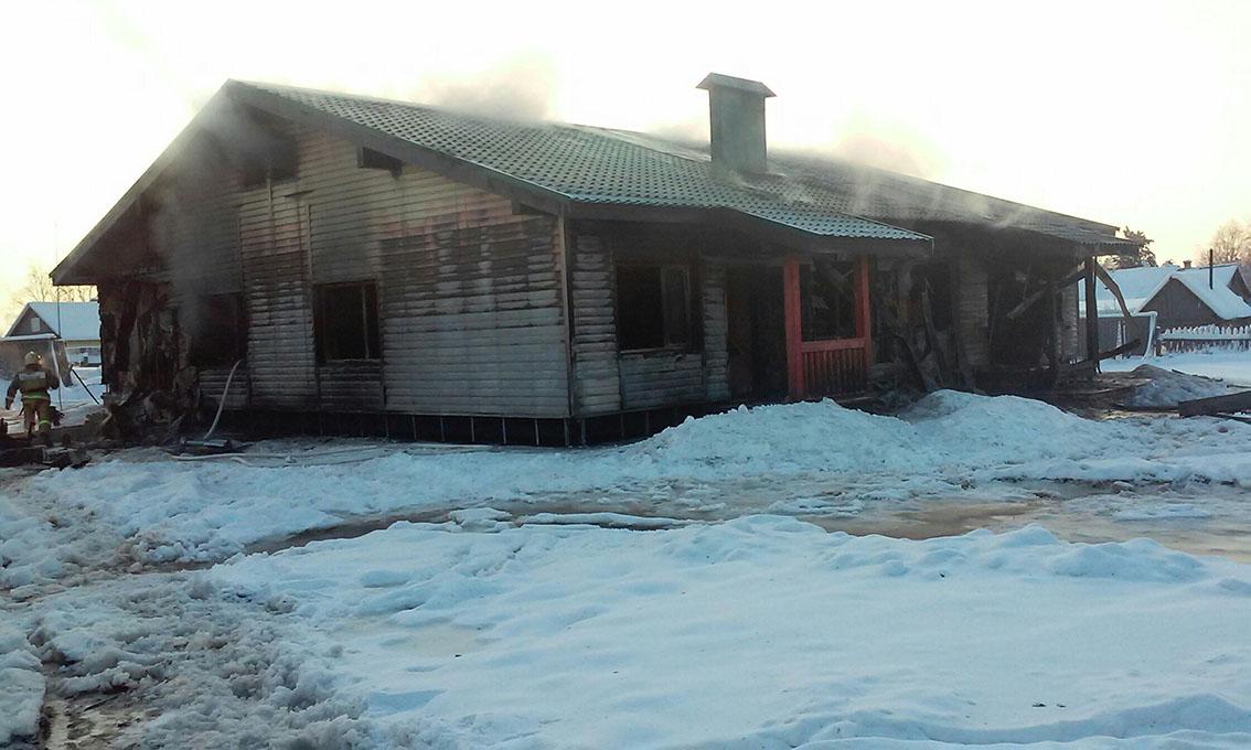 сгоревший дом в приозёрном