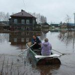 Во время половодья жители поселка садятся в лодки